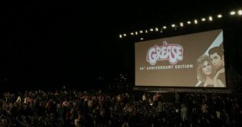 """John Travolta fête les 40 ans de """"Grease"""" sur la plage à Cannes"""
